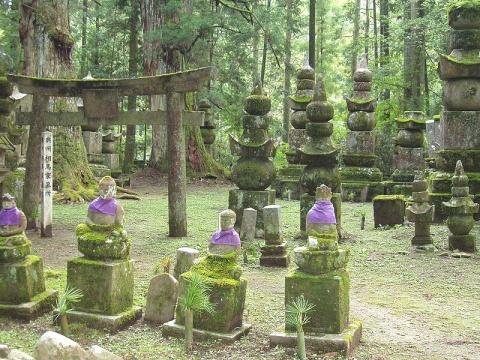 Okunoin_Cemetery,_Koyasan,_Japana